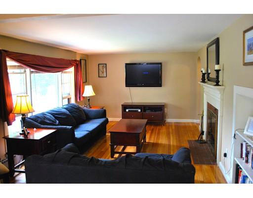 واحد منزل الأسرة للـ Sale في 15 Cedar Street 15 Cedar Street Chelmsford, Massachusetts 01863 United States