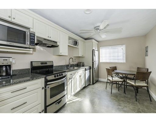 Condomínio / Condomínio para Locação às 60 Bryon Road 60 Bryon Road Boston, Massachusetts 02467 Estados Unidos