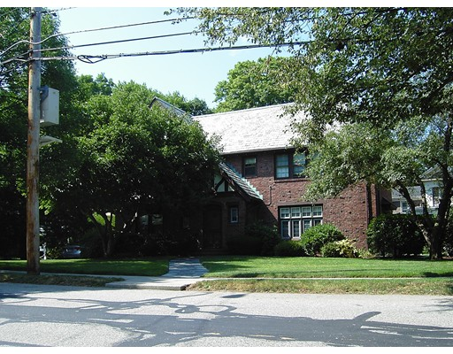 Casa Unifamiliar por un Alquiler en 487 Ward Street Newton, Massachusetts 02459 Estados Unidos