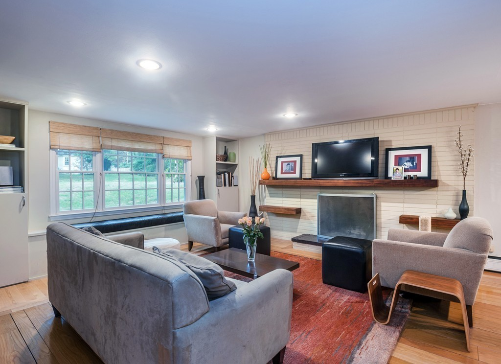 $589,900 - 3Br/2Ba -  for Sale in Liberty Pole, Hingham