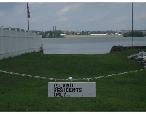 Maison unifamiliale pour l Vente à 109 Sears Island Drive 109 Sears Island Drive Worcester, Massachusetts 01606 États-Unis