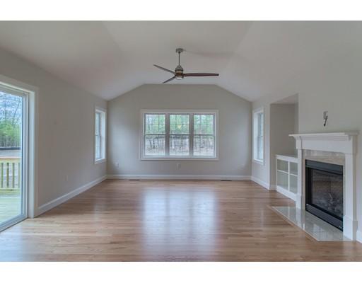 Maison unifamiliale pour l Vente à 15 Chapman Street Dunstable, Massachusetts 01827 États-Unis
