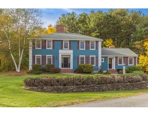 Maison unifamiliale pour l Vente à 572 Highland Street Hamilton, Massachusetts 01982 États-Unis