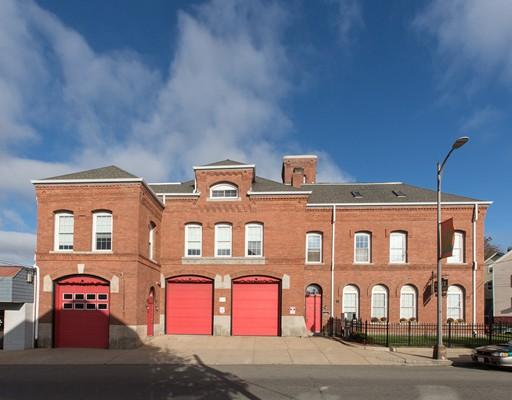 Многосемейный дом для того Продажа на 1058 Pleasant Street Fall River, Массачусетс 02723 Соединенные Штаты