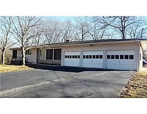 Maison unifamiliale pour l Vente à 326 Wauregan Road Killingly, Connecticut 06239 États-Unis