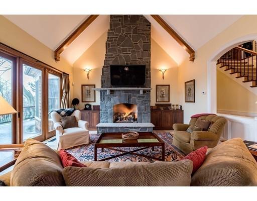 Maison unifamiliale pour l Vente à 91 Round Hill Road Northampton, Massachusetts 01060 États-Unis