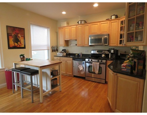 独户住宅 为 出租 在 388 Medford Somerville, 马萨诸塞州 02145 美国
