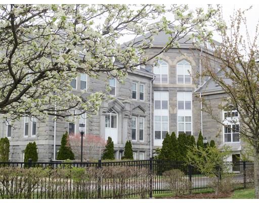 Appartement en copropriété pour l Vente à 47 Village Avenue Dedham, Massachusetts 02026 États-Unis