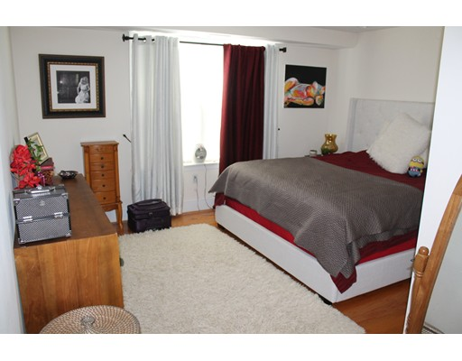 独户住宅 为 出租 在 2 Aramon Street 波士顿, 马萨诸塞州 02111 美国