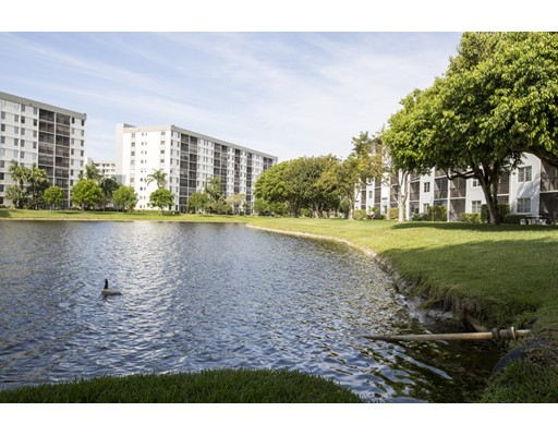 共管式独立产权公寓 为 销售 在 2226 N Cypress Bend #302 波姆庞帕诺滩, 佛罗里达州 33069 美国