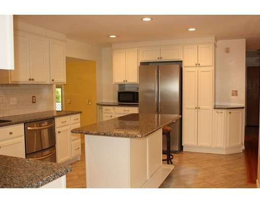 独户住宅 为 销售 在 220 Marshall Street 图克斯伯里, 马萨诸塞州 01876 美国