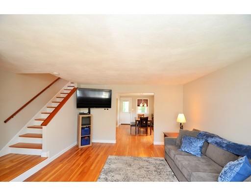 واحد منزل الأسرة للـ Sale في 376 Savin Hill Avenue Boston, Massachusetts 02125 United States