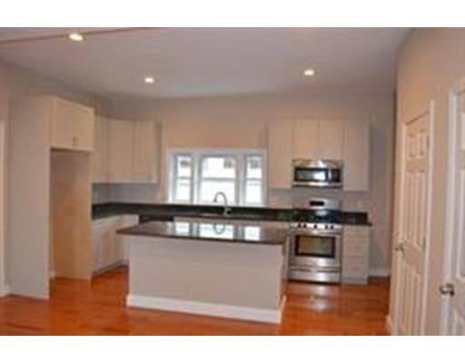 Maison avec plusieurs logements pour l Vente à 655 Cross Street Malden, Massachusetts 02148 États-Unis