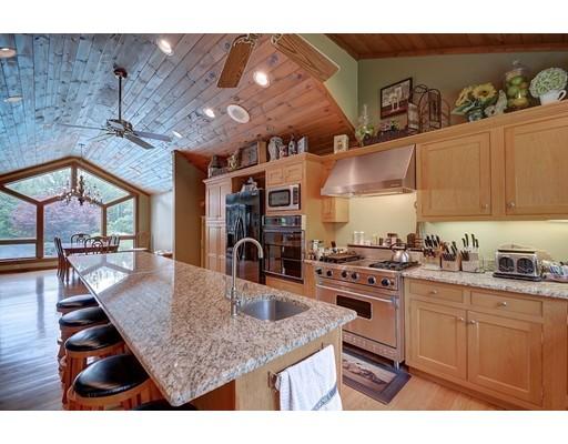 Maison unifamiliale pour l Vente à 661 Lebanon Hill Road 661 Lebanon Hill Road Southbridge, Massachusetts 01550 États-Unis