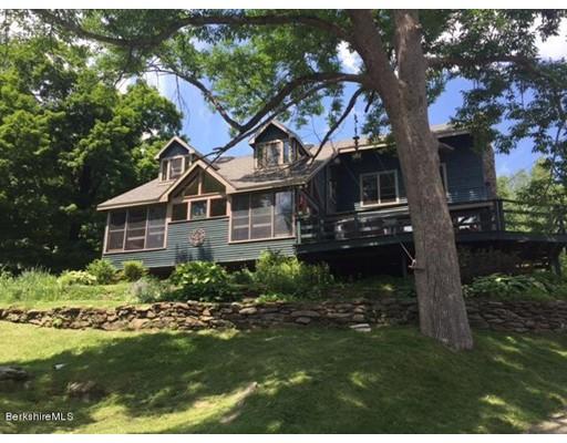 Maison unifamiliale pour l Vente à 246 E. Mountain Road Adams, Massachusetts 01220 États-Unis