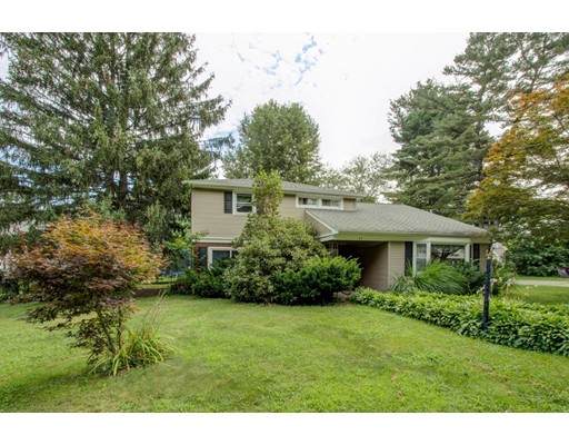 واحد منزل الأسرة للـ Sale في 11 Blueberry Hill Road Groveland, Massachusetts 01834 United States