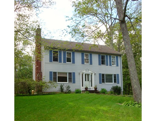 Maison unifamiliale pour l Vente à 102 Oakwood Drive East Brookfield, Massachusetts 01515 États-Unis