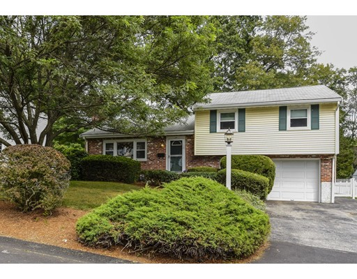 واحد منزل الأسرة للـ Sale في 24 Pond Farm Road Dedham, Massachusetts 02026 United States
