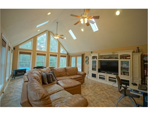 Maison unifamiliale pour l Vente à 42 Gaita Drive Derry, New Hampshire 03038 États-Unis