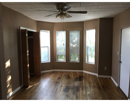Casa Unifamiliar por un Alquiler en 367 McGrath Highway Somerville, Massachusetts 02143 Estados Unidos