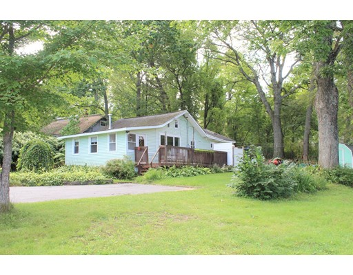 Maison unifamiliale pour l Vente à 16 Lake Shore Drive 16 Lake Shore Drive Wales, Massachusetts 01081 États-Unis