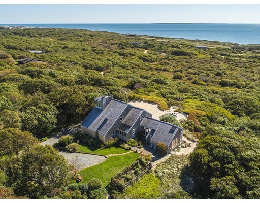 واحد منزل الأسرة للـ Sale في 7 Maple Hill Drive 7 Maple Hill Drive Aquinnah, Massachusetts 02535 United States