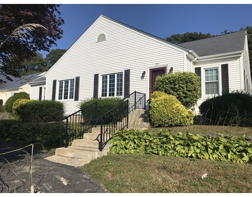 Casa Unifamiliar por un Venta en 2221 Highland Avenue 2221 Highland Avenue Fall River, Massachusetts 02720 Estados Unidos
