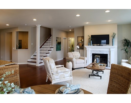 独户住宅 为 销售 在 198 Stonehaven Drive 198 Stonehaven Drive 韦茅斯, 马萨诸塞州 02190 美国