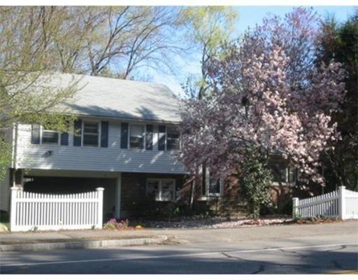 Casa Unifamiliar por un Alquiler en 76 Wellesley Avenue 76 Wellesley Avenue Wellesley, Massachusetts 02482 Estados Unidos