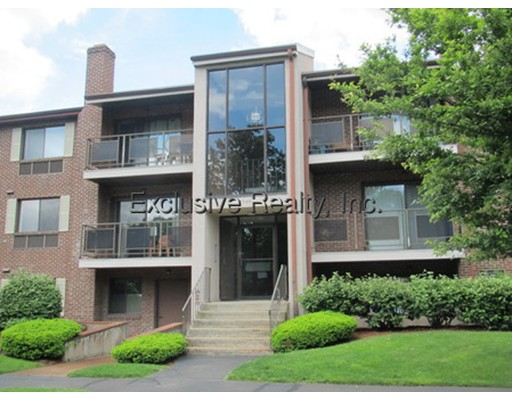Casa Unifamiliar por un Alquiler en 2366 Commonwealth Avenue Newton, Massachusetts 02466 Estados Unidos