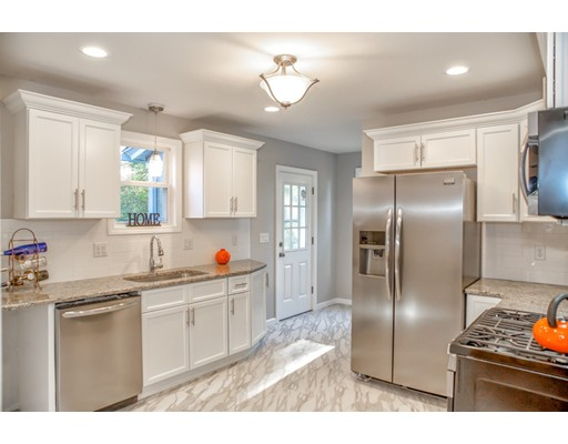 独户住宅 为 销售 在 208 Locust Street 208 Locust Street Holyoke, 马萨诸塞州 01040 美国