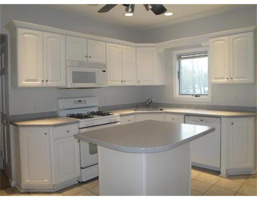 Casa Unifamiliar por un Alquiler en 1064 Bedford Street 1064 Bedford Street Abington, Massachusetts 02351 Estados Unidos