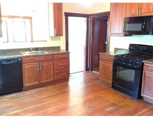 Additional photo for property listing at 107 Yeomans Ave #2 107 Yeomans Ave #2 Medford, Massachusetts 02155 États-Unis