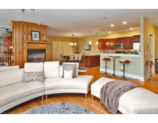 Appartement en copropriété pour l Vente à 391 Walnut Street #4 391 Walnut Street #4 Newton, Massachusetts 02460 États-Unis