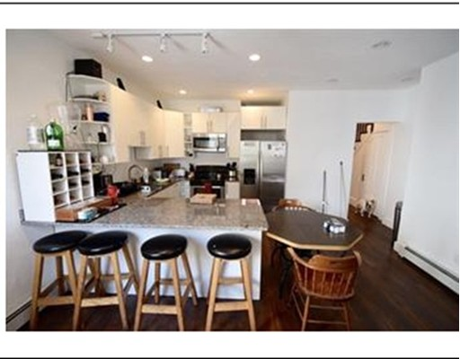 Casa unifamiliar adosada (Townhouse) por un Alquiler en 15 Mackin Stteet #15 15 Mackin Stteet #15 Boston, Massachusetts 02135 Estados Unidos