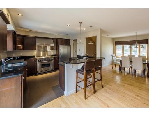 واحد منزل الأسرة للـ Sale في 15 Amherst Road 15 Amherst Road Leverett, Massachusetts 01054 United States
