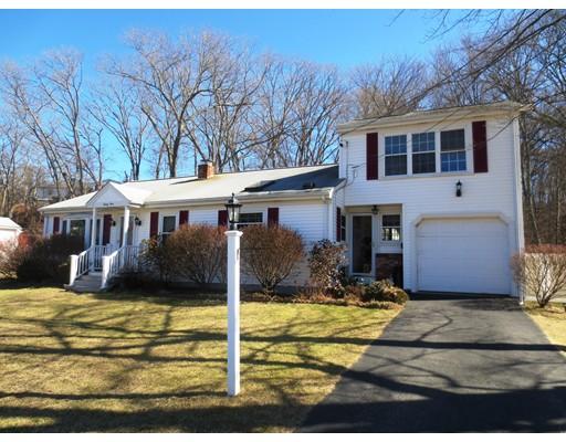 واحد منزل الأسرة للـ Sale في 24 Woodlawn Road 24 Woodlawn Road North Smithfield, Rhode Island 02896 United States