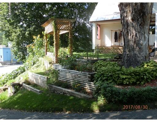واحد منزل الأسرة للـ Sale في 15 High Street 15 High Street Colrain, Massachusetts 01340 United States