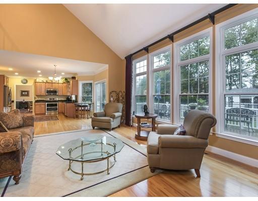 Maison unifamiliale pour l Vente à 107 Pleasant Street 107 Pleasant Street Southampton, Massachusetts 01073 États-Unis