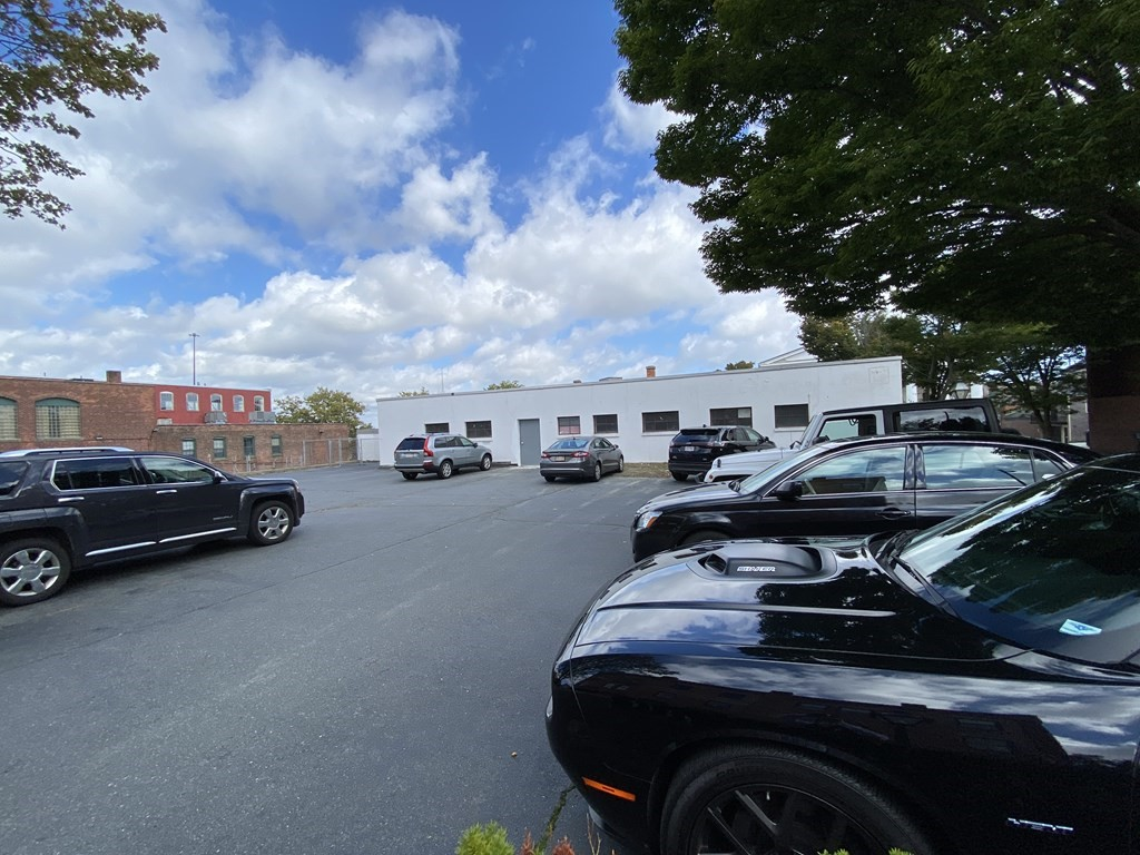 Great opportunity with this 6,000+ square foot industrial building in the heart of the historic district and steps from the Whaling Museum. High ceilings, loading dock, parking for 15+ cars...