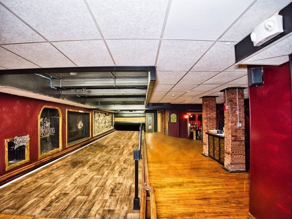 Calling all businesses! Here is your opportunity to lease a large-sized private office measuring out to 81x41! The interior can be completely re-done for an open office space. Great for your business or organization. Electricity and heat included and signage options throughout the building.